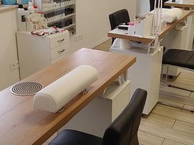 krzesła przy biurkach